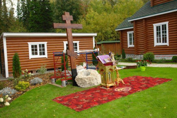 Освящён Поклонный крест у храма преподобного Серафима Саровского